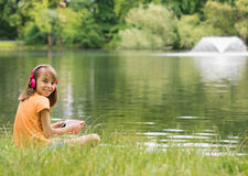 Niña en la orilla del lago Foto de archivo