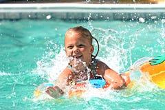 Niña en la piscina Imagenes de archivo