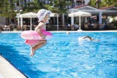 Niña en la piscina Imágenes de archivo libres de regalías
