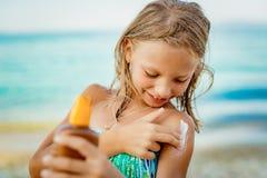 Niña en la playa fotos de archivo