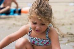 Niña en la playa Fotos de archivo libres de regalías