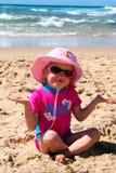Niña en la playa imagenes de archivo