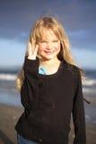 Niña en la playa en la puesta del sol Foto de archivo libre de regalías