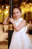 Niña en la sonrisa de los soportes del vestido de noche Imagen de archivo libre de regalías