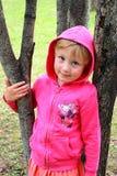 Niña en los árboles Foto de archivo libre de regalías