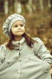 Niña en parque del otoño foto de archivo libre de regalías