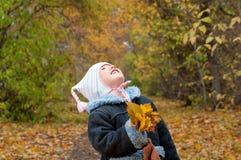 Niña en parque del otoño Foto de archivo