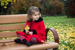 Niña en parque del otoño Imagenes de archivo