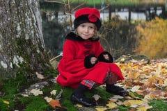 Niña en parque del otoño Imagen de archivo