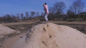Niña en pila de la arena metrajes