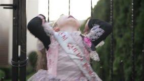 Niña en princesa Costume Holding un globo negro Ella parece muy feliz porque el hoy es día de fiesta de Halloween metrajes