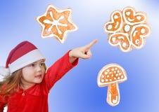 Niña en señalar del sombrero de la Navidad Foto de archivo libre de regalías