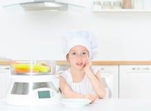 Niña en sombrero del cocinero Fotografía de archivo