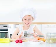 Niña en sombrero del cocinero Imagenes de archivo
