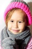 Niña en sombrero del invierno con los guantes y la bufanda Fotografía de archivo