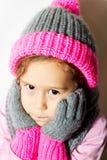 Niña en sombrero del invierno con los guantes y la bufanda Imagenes de archivo
