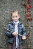 Niña en su manera a la escuela el día del otoño Fotos de archivo libres de regalías
