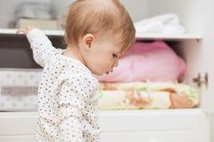 Niña en su sitio del ` s de los niños imagen de archivo libre de regalías