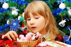Niña en tiempo de la Navidad Imagen de archivo
