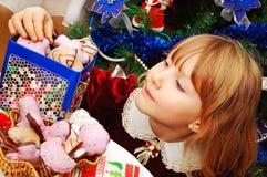 Niña en tiempo de la Navidad fotos de archivo