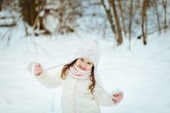 Niña en un abrigo de pieles blanco en el bosque del invierno foto de archivo libre de regalías