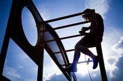 Niña en un equipo al aire libre del patio Foto de archivo