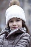 Niña en un otoño hecho punto blanco del sombrero Imagen de archivo libre de regalías