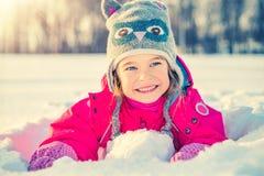 Niña en un parque del invierno Imágenes de archivo libres de regalías