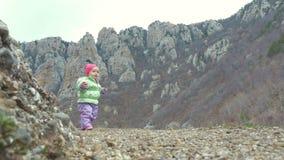 Niña en un rastro de montaña, la muchacha en almacen de metraje de vídeo