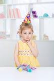 Niña en un sombrero festivo Foto de archivo libre de regalías