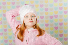 Niña en un sombrero rosado y un suéter Fotos de archivo libres de regalías