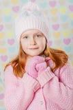 Niña en un sombrero rosado y un suéter Fotografía de archivo