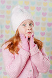 Niña en un sombrero rosado y un suéter Imágenes de archivo libres de regalías