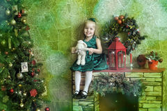 Niña en un vestido verde con una liebre del juguete Fotos de archivo libres de regalías