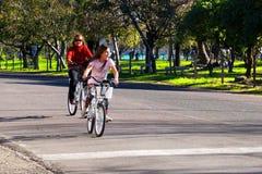 Niña en una bici Foto de archivo
