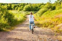 niña en una bicicleta imagenes de archivo