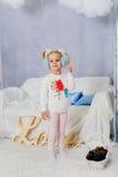 Niña en una decoración del Año Nuevo, bebé y la Navidad 1 Fotografía de archivo