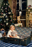 Niña en una decoración del ` s del Año Nuevo, bebé y la Navidad 1 Foto de archivo libre de regalías