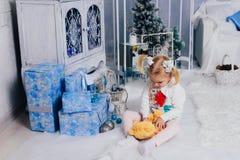 Niña en una decoración del ` s del Año Nuevo, bebé y la Navidad 1 Foto de archivo