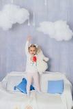 Niña en una decoración del ` s del Año Nuevo, bebé y la Navidad 1 Fotografía de archivo libre de regalías