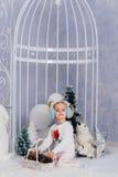 Niña en una decoración del ` s del Año Nuevo, bebé y la Navidad 1 Fotos de archivo libres de regalías