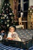 Niña en una decoración del ` s del Año Nuevo, bebé y la Navidad 1 Imagen de archivo libre de regalías