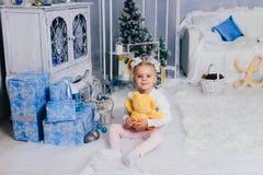 Niña en una decoración del ` s del Año Nuevo, bebé y la Navidad 1 Fotos de archivo