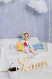 Niña en una decoración del ` s del Año Nuevo, bebé y la Navidad 1 Fotografía de archivo