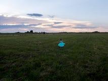 Niña en vestido de la turquesa en campo Foto de archivo