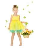 Niña en vestido de los niños con la cesta, niño sonriente feliz imagen de archivo libre de regalías