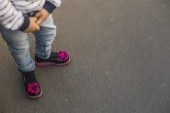 Niña en zapatos ortopédicos Fotografía de archivo