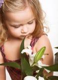 Niña encantadora con la flor fotos de archivo libres de regalías