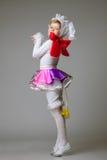 Niña encantadora que presenta en traje de la danza Imagen de archivo