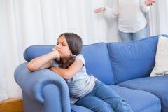 Niña enojada que se sienta en el sofá fotografía de archivo libre de regalías